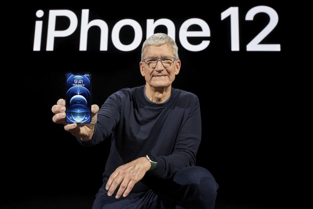 5Gに初めて対応した新型スマートフォン「iPhone12」を紹介する米アップルのクックCEO(アメリカ・クパチーノ)(AFP=時事)