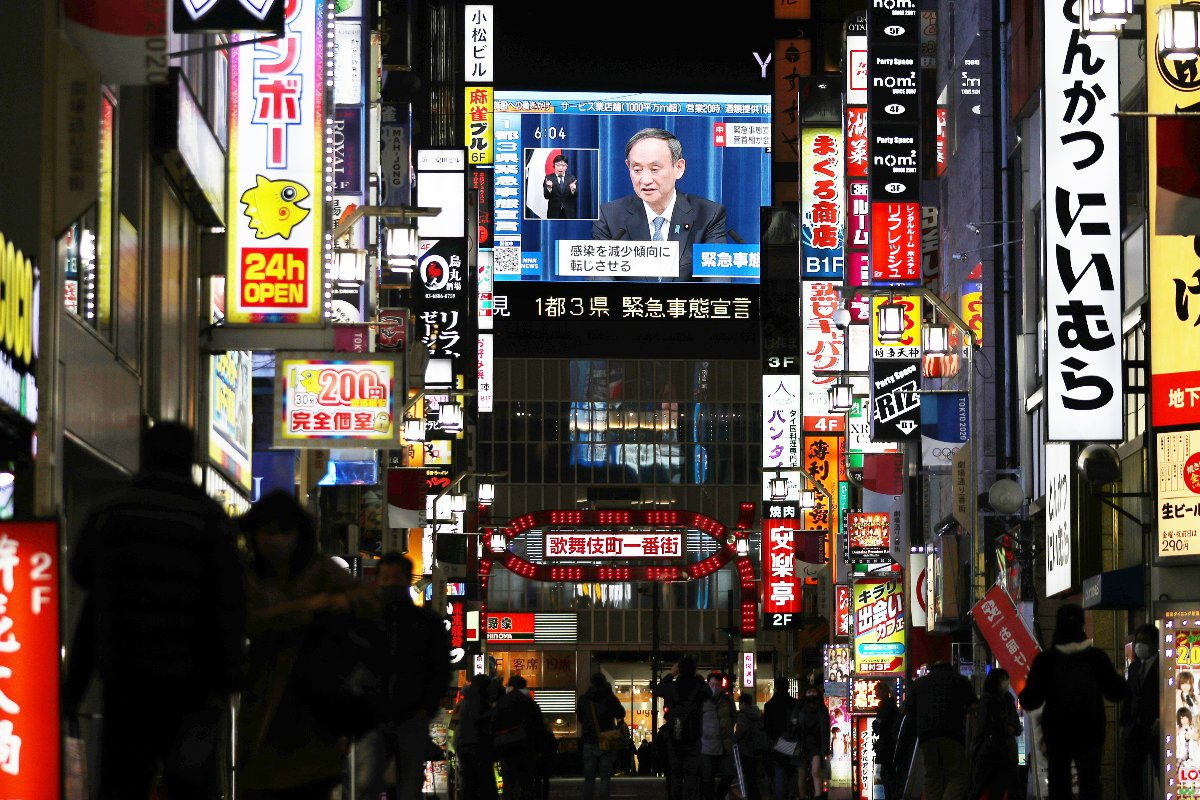 街頭ビジョンに映し出された菅義偉首相の記者会見