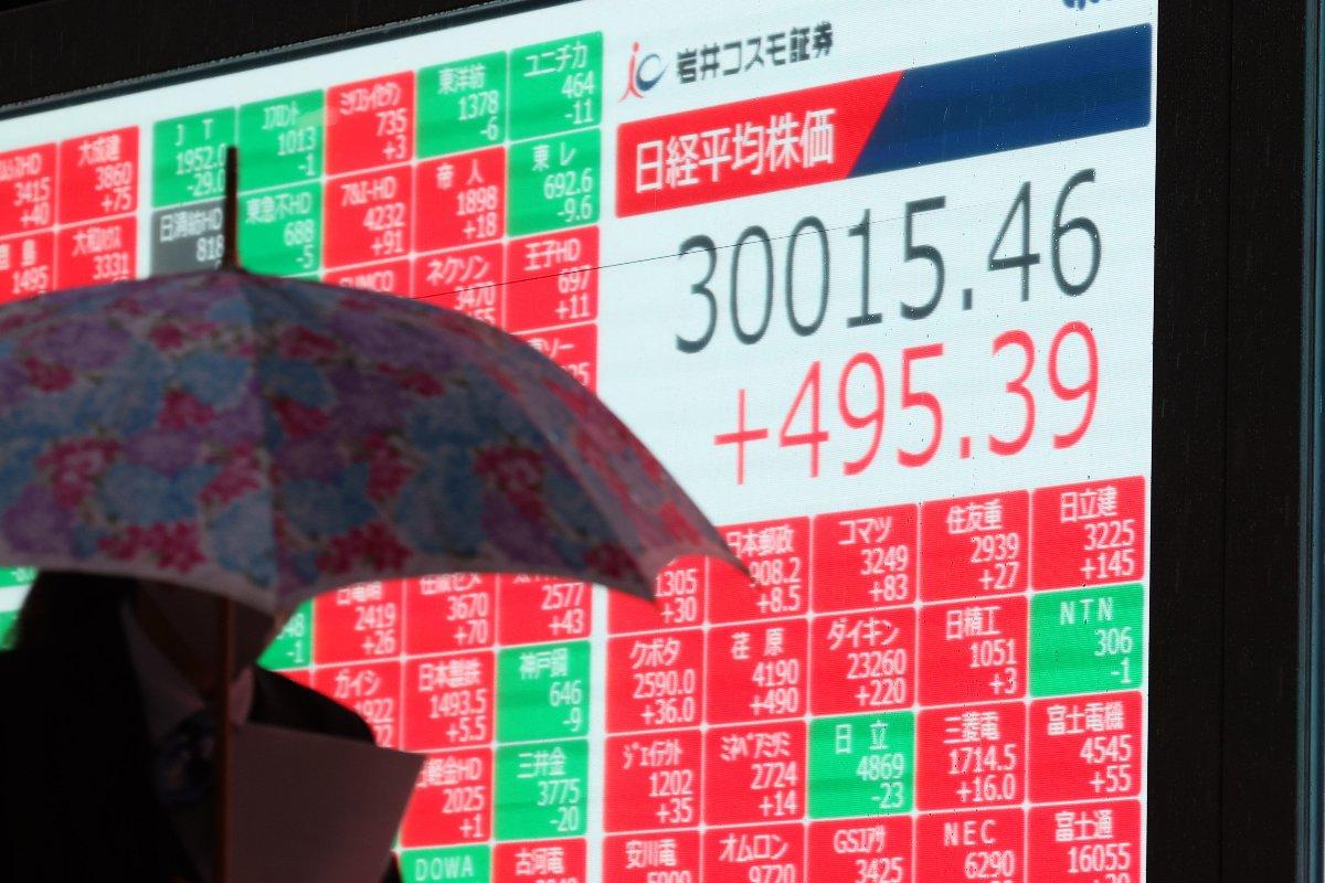 3万円台をつけた日経平均株価を示す電光ボード=2021年2月15日午後、東京都中央区(時事)