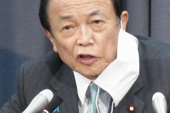 緊急経済対策を決定した臨時閣議後に記者会見する麻生太郎財務相=7日、財務省