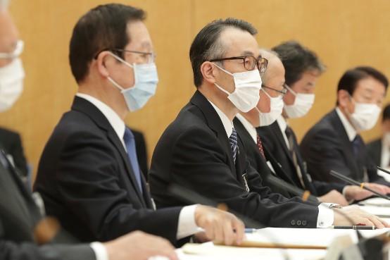 安倍晋三首相と官民金融機関の会談で発言する全国銀行協会の三毛兼承会長(左から3人目)=8日、首相官邸