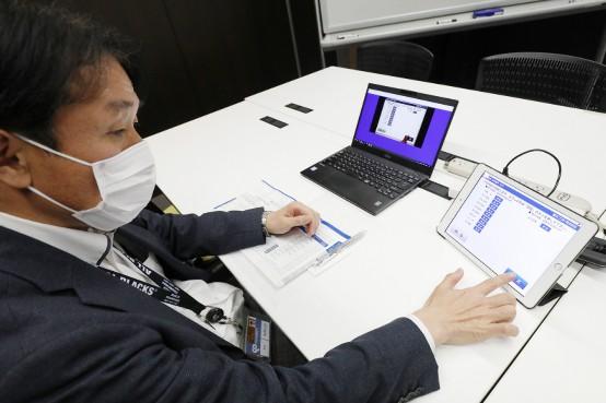 富士ソフトの株主総会で、インターネット上で議決権を行使する社員株主=13日、東京都千代田区