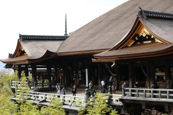新型コロナウイルス感染拡大を受けて、観光客が減った京都の観光名所の清水寺=4月、京都市東山区