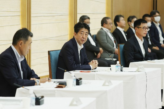 未来投資会議のヒアリングで発言する安倍晋三首相(中央)=27日、首相官邸