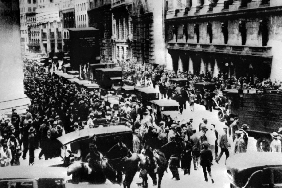 「暗黒の木曜日」として知られる1929年10月24日、株価の大暴落でニューヨーク証券取引所に集まった人々=AFP時事