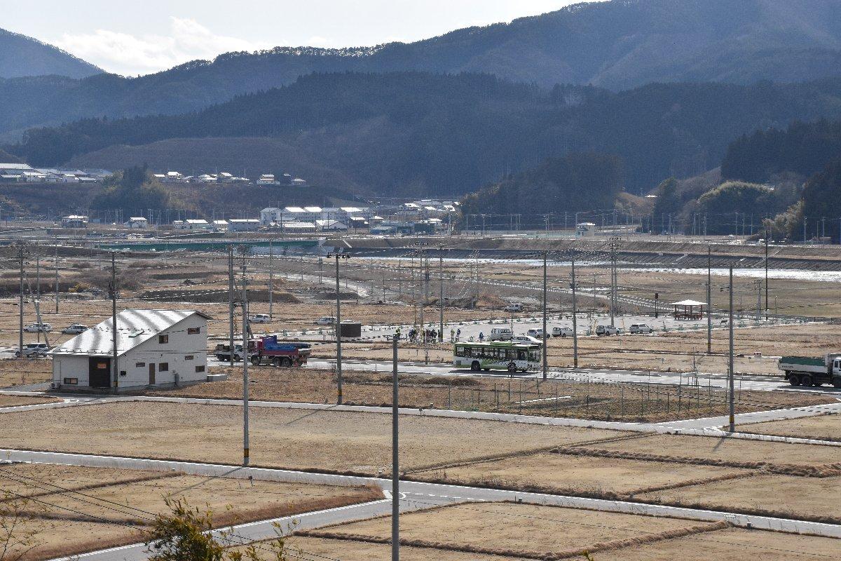 空き地が目立つ、かさ上げされた高田地区=2月25日、岩手県陸前高田市