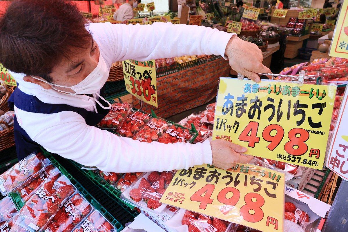 4月1日の消費税込み表示の義務化に向け、スーパー店頭で進められる本体価格と税込み価格を併記した値札への交換作業=3月31日、東京都練馬区のアキダイ関町本店