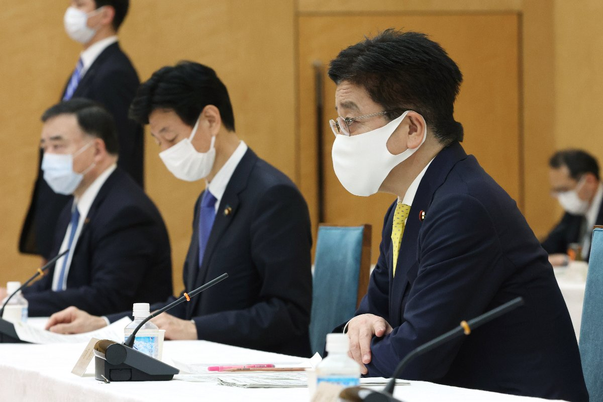 成長戦略会議で発言する加藤勝信官房長官(右)=3月17日午後、首相官邸