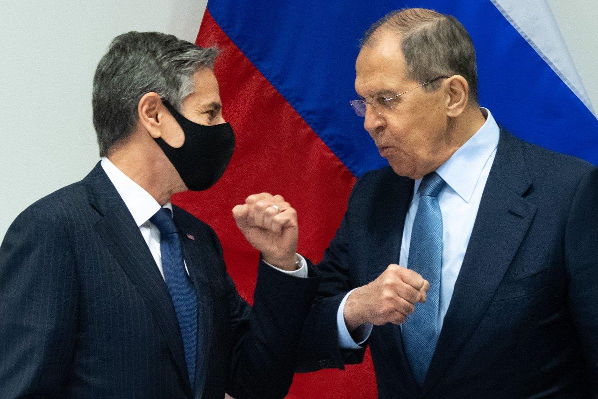 ブリンケン米国務長官(左)とロシアのラブロフ外相=19日、アイスランドの首都レイキャビク(AFP時事)