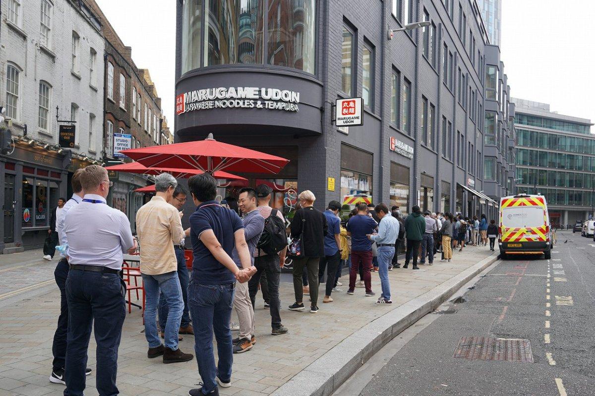 丸亀製麺の開店前に行列をつくる人々=2021年7月、ロンドン中心部リバプール・ストリート駅周辺