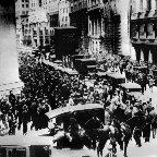 100年前は「狂騒の20年代」今回は「退屈」?
