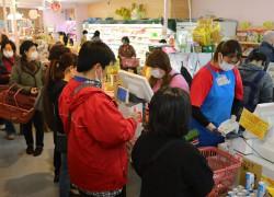 スーパーでレジ待ちする買い物客=27日、東京都練馬区