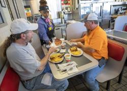 27日、米ジョージア州アトランタで、店内飲食が再開されたレストラン(EPA時事)
