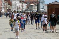 24日、イタリア北部ベネチアのサンマルコ広場周辺を散策する観光客ら(EPA時事)