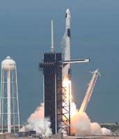 30日、米南部フロリダ州のケネディ宇宙センターから打ち上げられた有人宇宙船「クルードラゴン」(AFP時事)