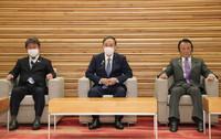 繰り上げ閣議に臨む菅義偉首相(中央)ら=21日午前、首相官邸