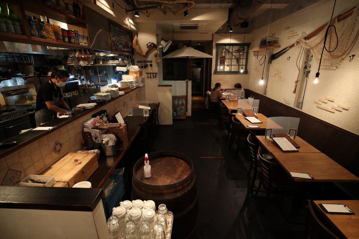 「まん延防止等重点措置」が適用されたJR三鷹駅北口付近の飲食店=12日午後、東京都武蔵野市