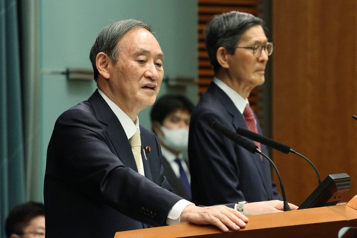 緊急事態宣言発令についての記者会見で質問に答える菅義偉首相(左)。右は政府の新型コロナ対策分科会の尾身茂会長=23日、首相官邸