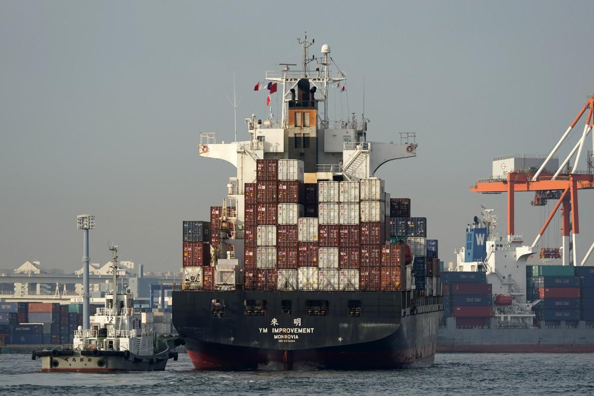横浜港のコンテナ船、2020年2月(EPA時事)
