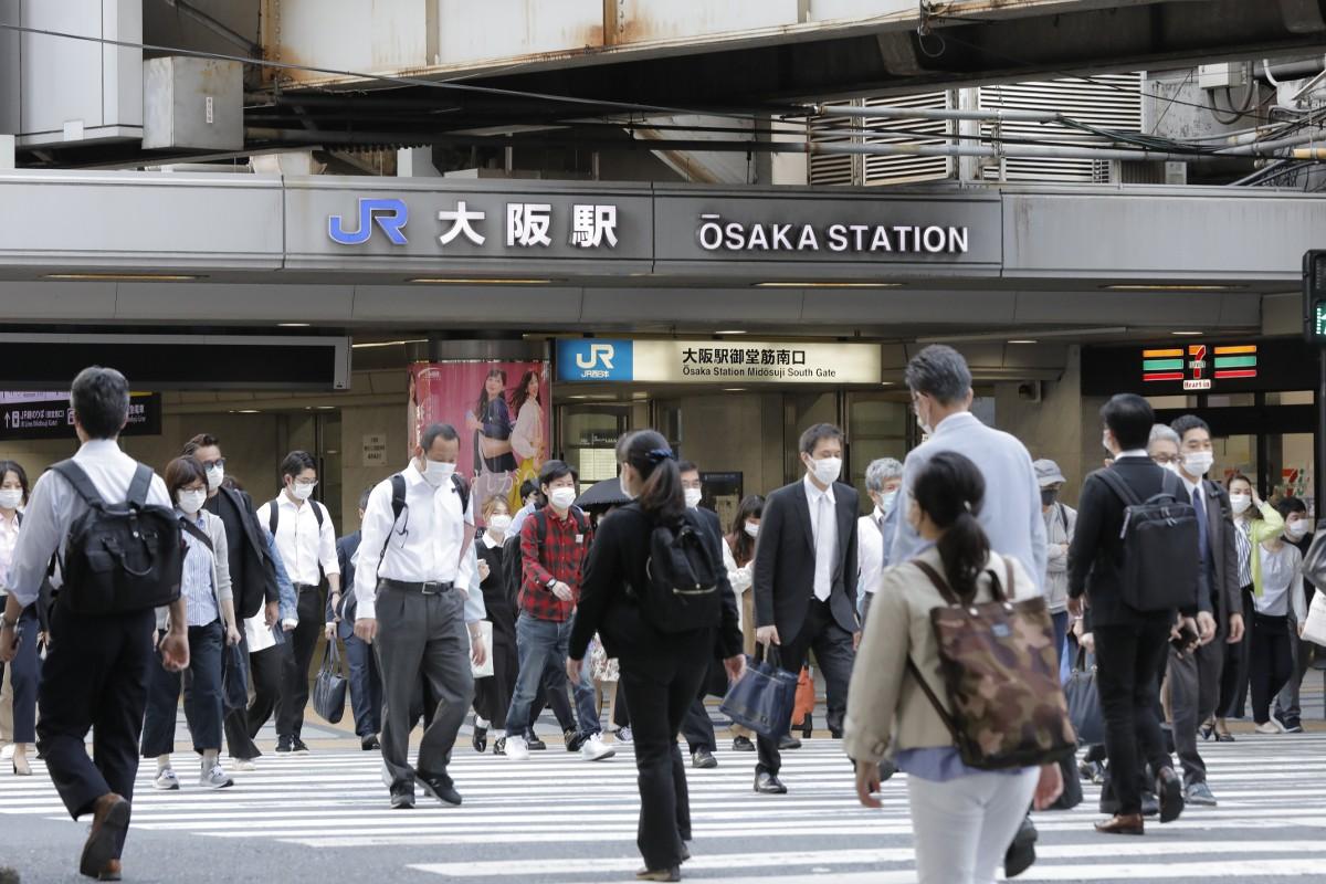 22日、大阪市中央区のJR大阪駅前
