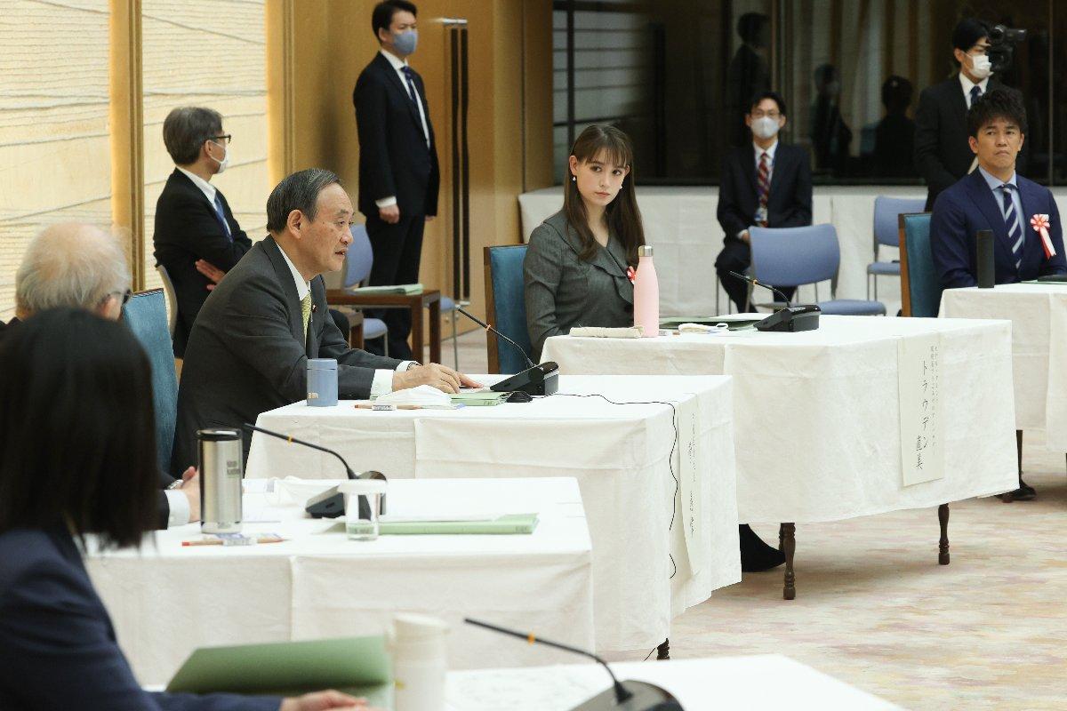 2050年カーボンニュートラル・全国フォーラムで発言する菅義偉首相(左手前から3人目)=17日、首相官邸