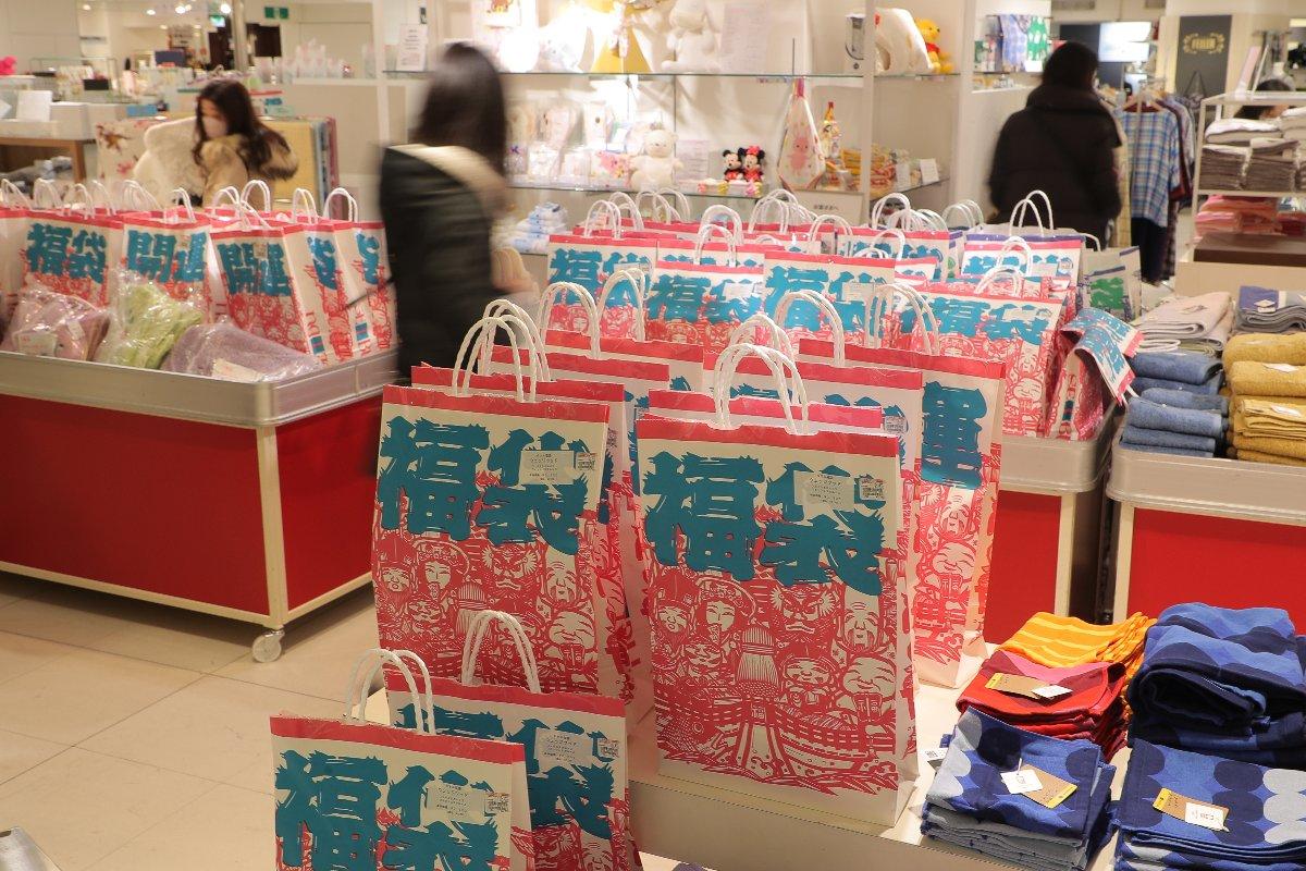 百貨店の初売りで福袋を買い求める人たち=1月1日、東京都豊島区の西武池袋本店