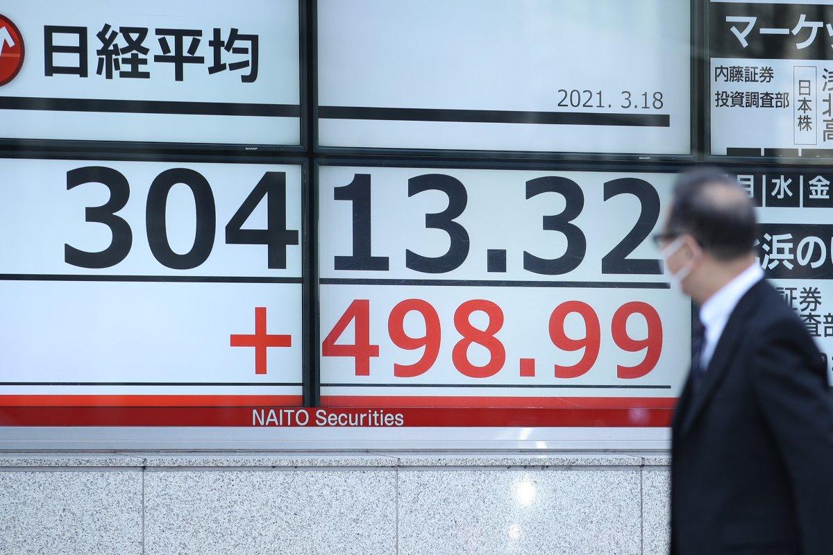 日経平均株価を示す電光ボード=3月18日午前、東京都中央区