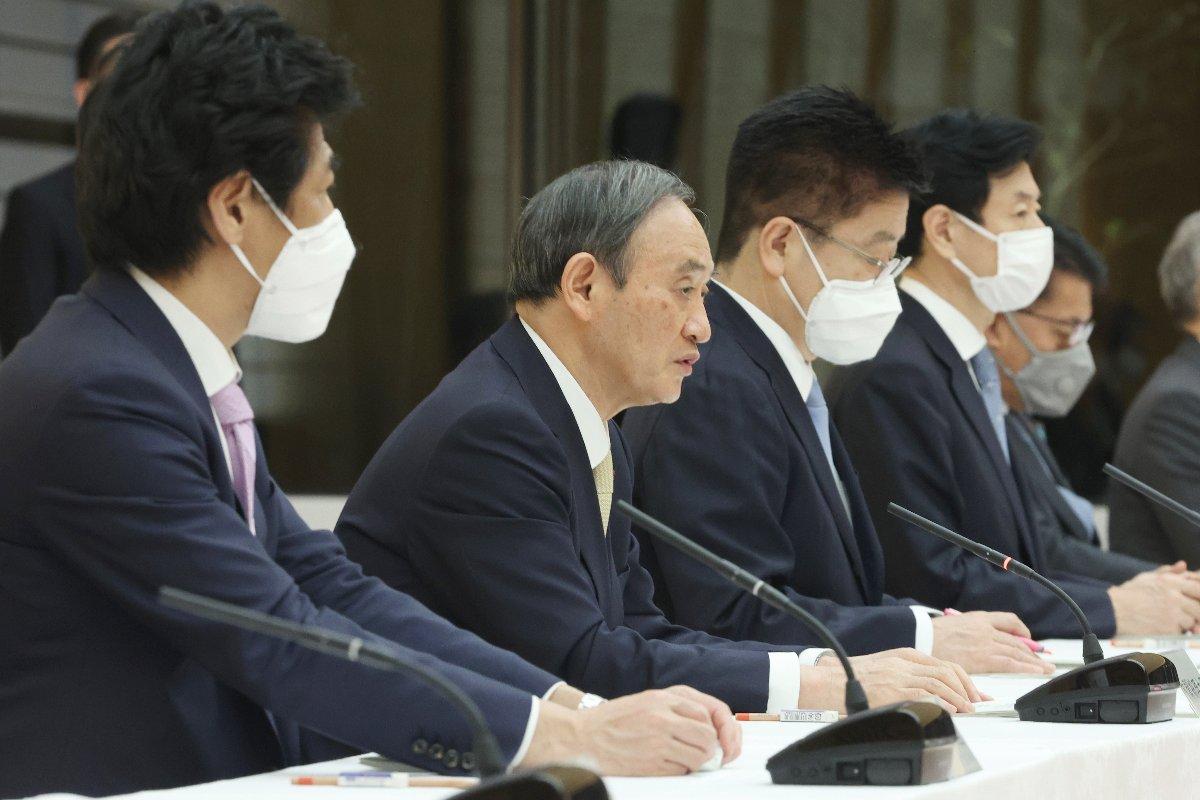 新型コロナウイルス感染症対策本部で、東京、大阪、京都、兵庫の4都府県に緊急事態宣言の発令を表明する菅義偉首相(左から2人目)=23日、首相官邸
