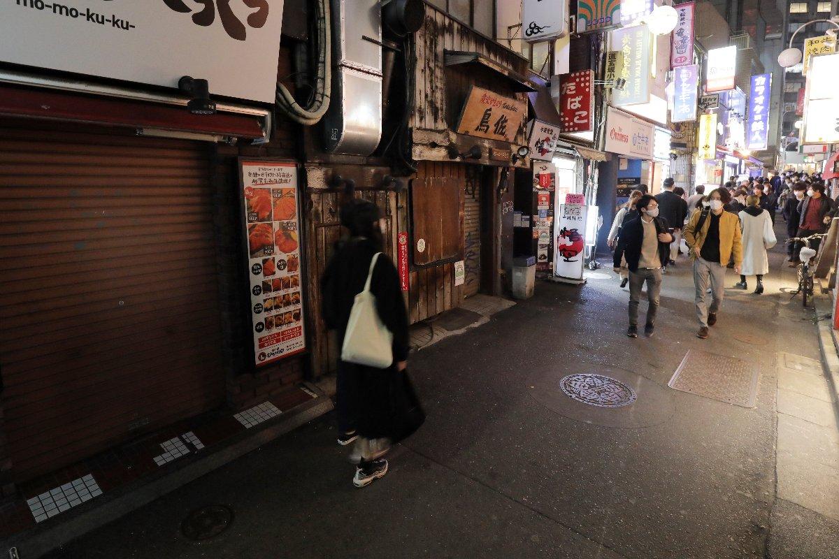 緊急事態宣言による時短要請に従い、午後8時で閉店した飲食店が並ぶ繁華街=3月12日夜、東京都渋谷区