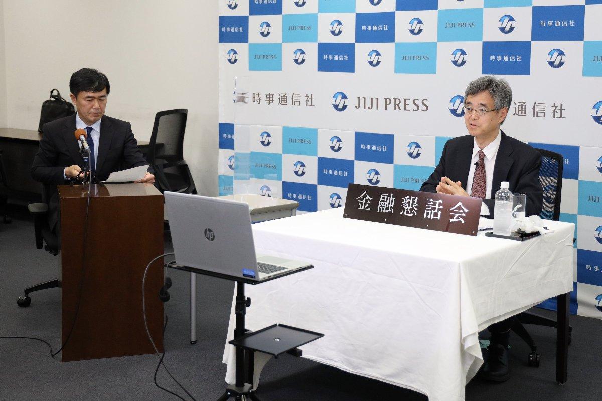 オンラインで講演後、質問に答える金融庁の氷見野良三長官(右)=14日、東京都中央区