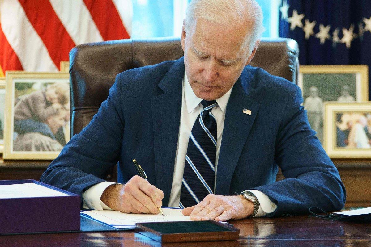 追加経済対策法案に署名するバイデン米大統領(アメリカ・ホワイトハウス)