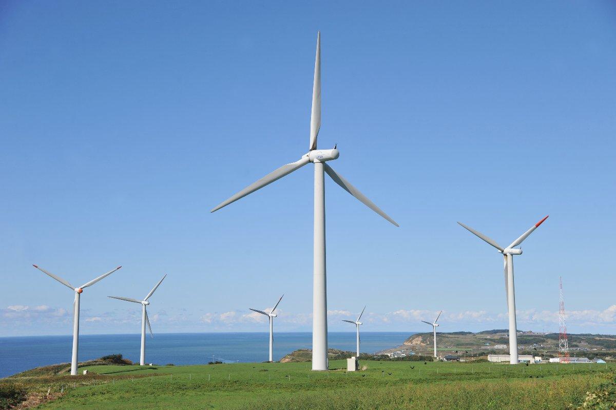 日本海からの強風を利用する風車=3日、北海道苫前町